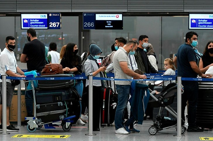 Passengers wait at the check-in of Turkish Airlines of the airport in Duesseldorf, western Germany, on July 27, 2020. (AFP Photo)