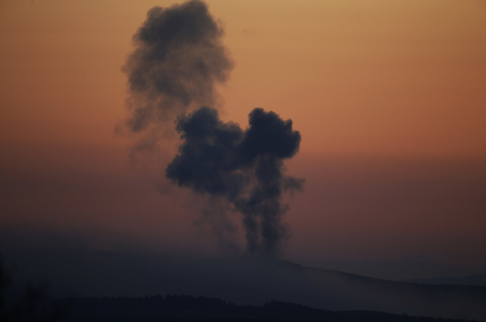 Plumes of smoke rise on the outskirts of the border town of Kilis, south-central Turkey, Jan. 20, 2018. (AP File Photo)