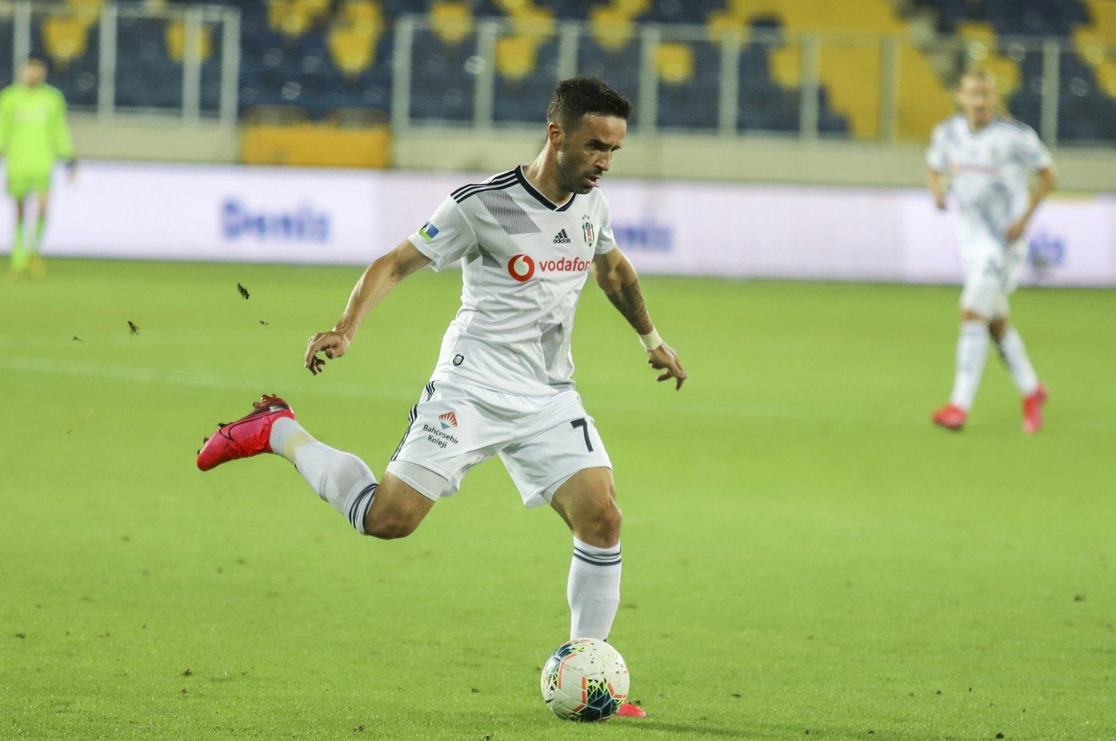 Beşiktaş's Gökhan Gönül passes the ball during a Süper Lig match against Gençlerbirliği in Ankara, Turkey, July 25, 2020. (IHA Photo)