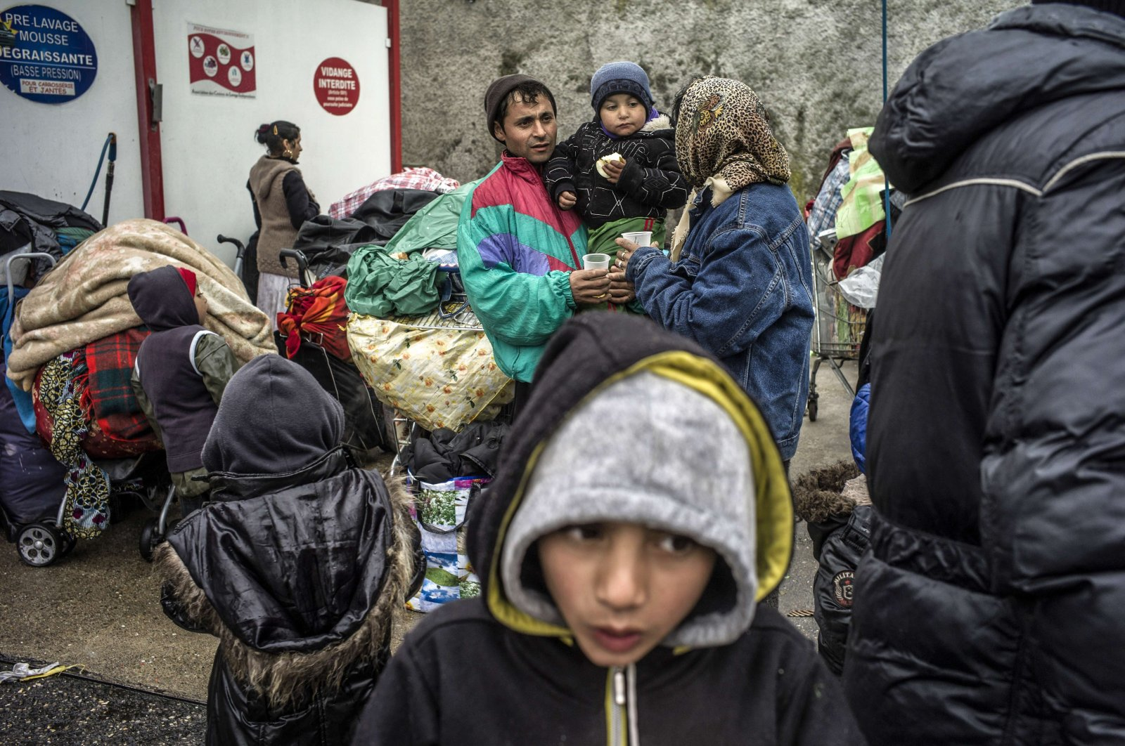 Roma people wait as bulldozers destroy their makeshift camp in Villeurbanne, near Lyon, Franc, March 28, 2013. (AFP Photo)