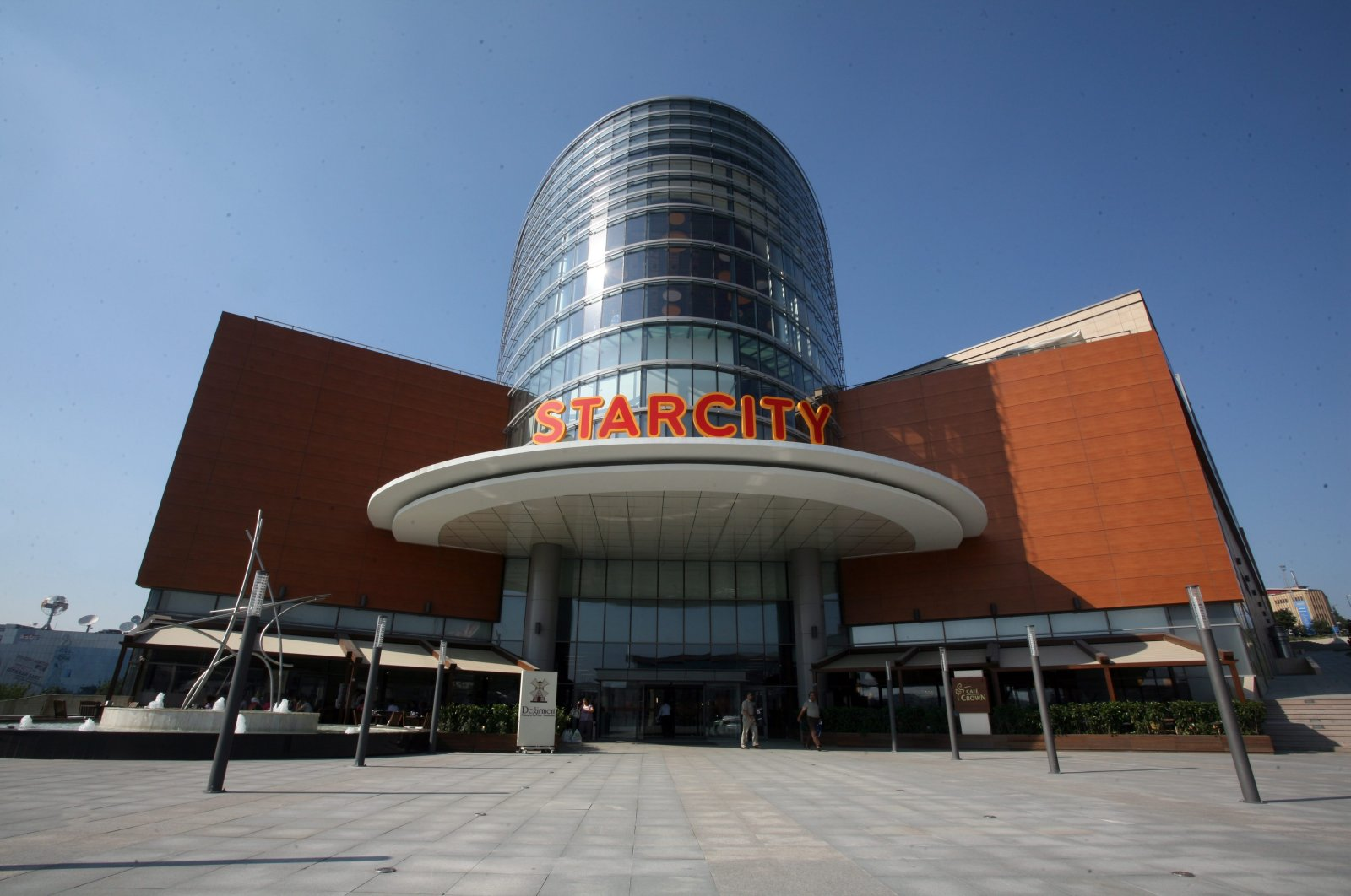 One of Istanbul's most prominent malls, Starcity, in the Bahçelievler district. English names are frequently used in shopping malls, according to the report by the Turkish Language Association (TDK).
