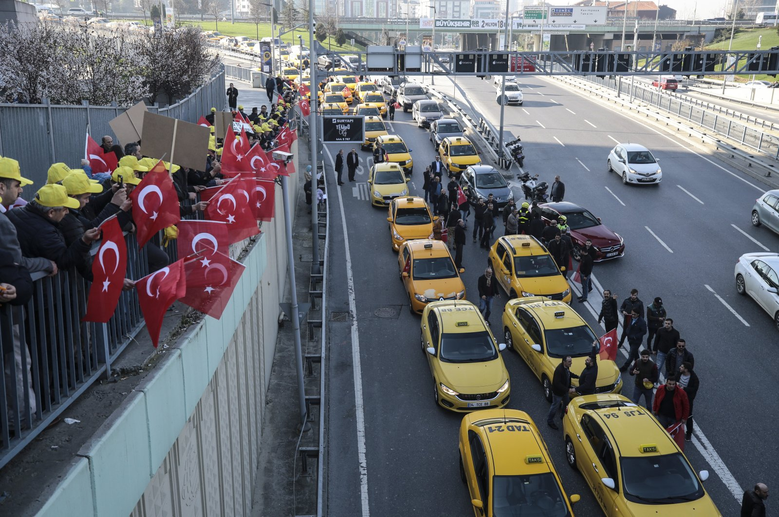 A convoy of taxis outside a courthouse where drivers sued Uber, in Istanbul, Turkey, March 13, 2018. (AA Photo)