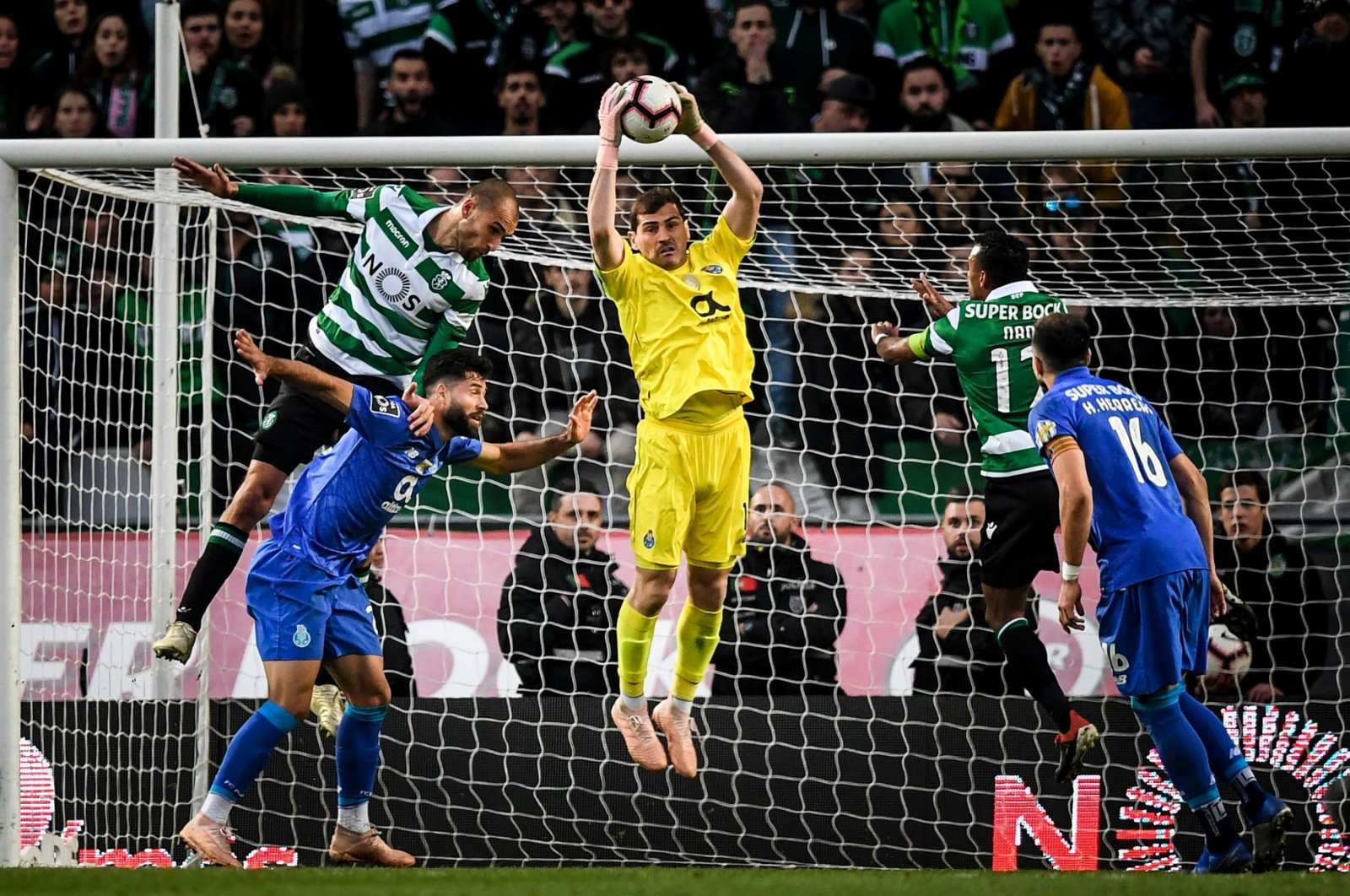 Porto's Spanish goalkeeper Iker Casillas (C) grabs the ball during the Portuguese League football match between Sporting CP and FC Porto at the Jose Alvalade stadium in Lisbon, Portugal on Jan. 12, 2019. (AFP Photo)