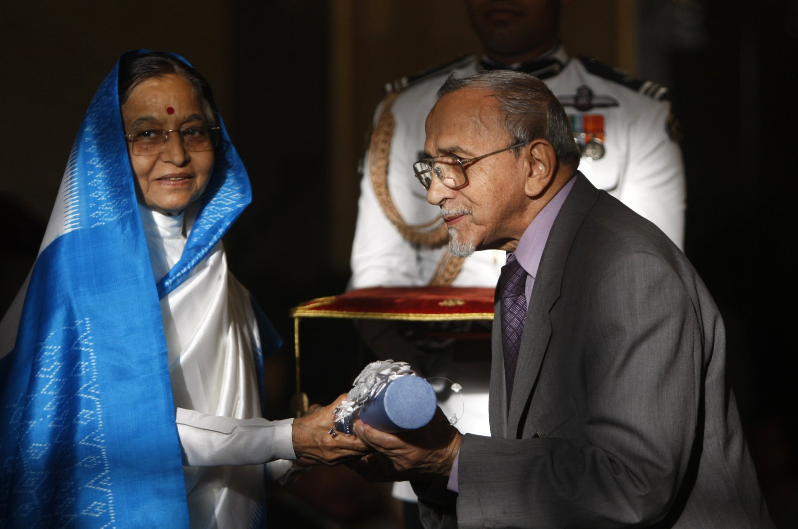 Pratibha Patil (L), the Indian president at the time, presents the Padma Vibhushan, one of India's highest civilian awards, to theater director Ebrahim Alkazi at the Presidential Palace in New Delhi, India, March 31, 2010. (AP Photo)