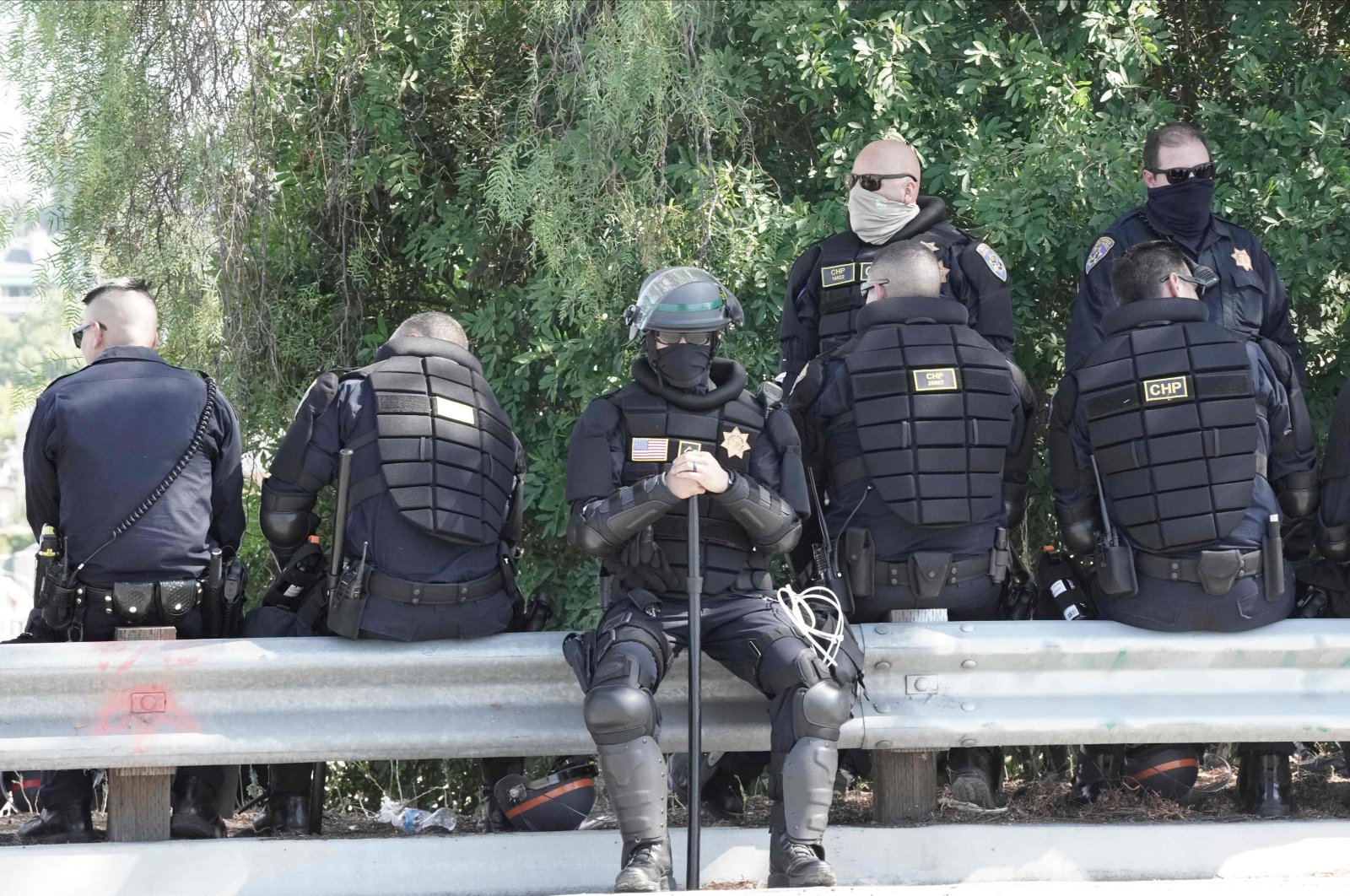 California Highway Patrol officers in riot gear rest on a bridge near a Black Lives Matter protest against racial injustice and police brutality, La Mesa, California, Aug. 1, 2020. (AFP Photo)