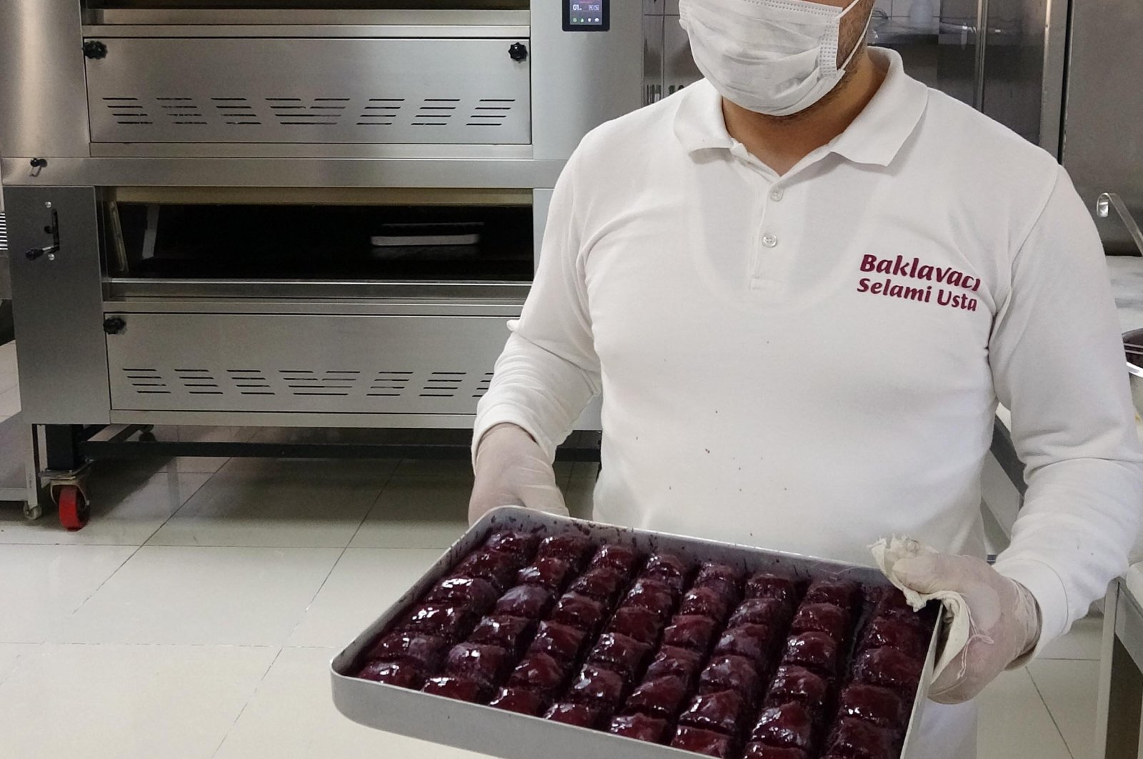Baker Selami Atiş shows a tray of his diabetes-friendly baklava in Erzurum, eastern Turkey, Aug. 3, 2020. (DHA Photo)