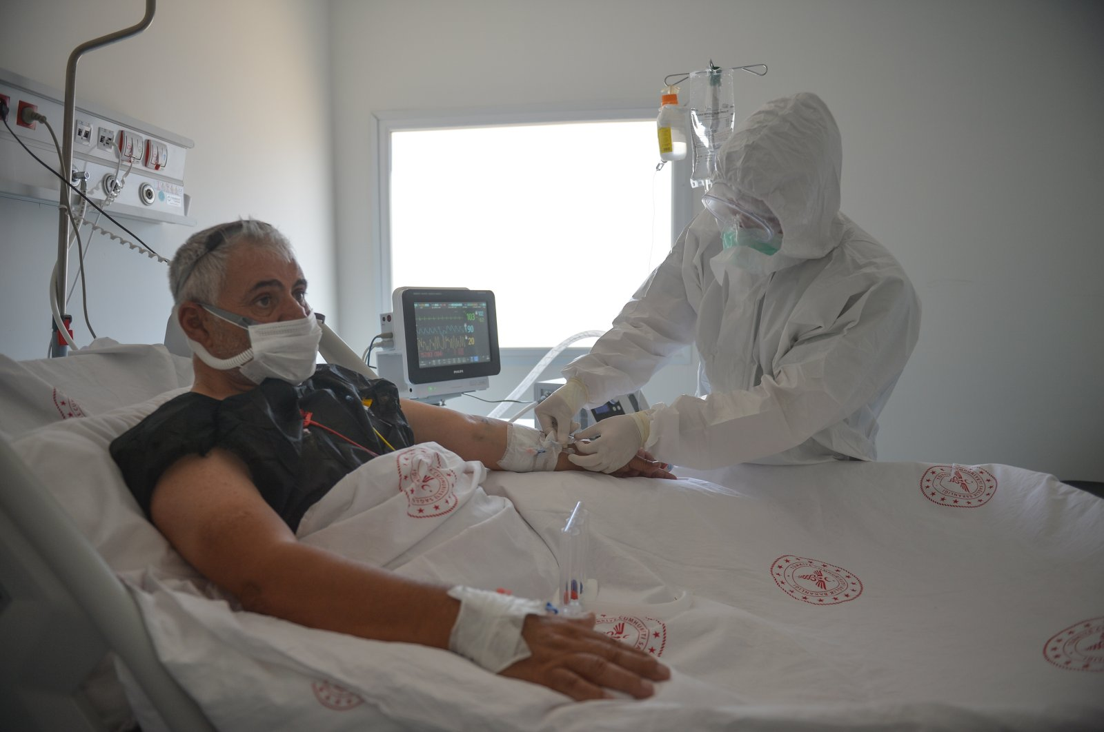 Medical staff attends to a patient at Feriha Öz Emergency Hospital set up to treat those infected with COVID-19 in Sancaktepe district, Istanbul, Turkey, Aug. 5, 2020. (DHA Photo)