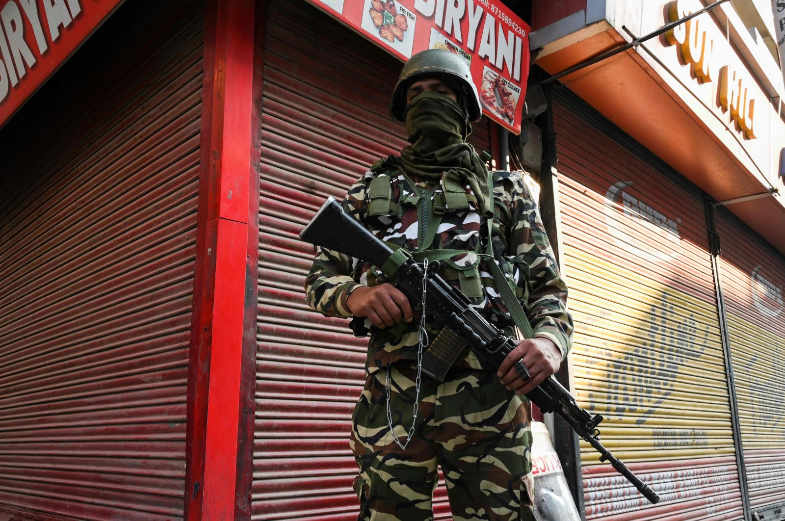 A paramilitary soldier stands guard at a street on the one-year anniversary of the restive region being stripped of its autonomy, Srinagar, Aug. 5, 2020. (AFP Photo)