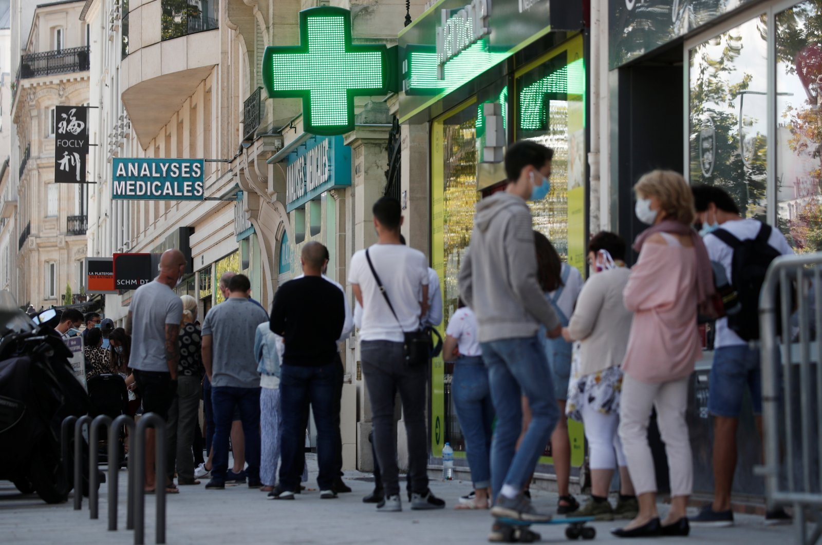 People queue to enter a laboratory to get tested for the coronavirus, Neuilly-sur-Seine, near Paris, Aug. 4, 2020. (REUTERS Photo)