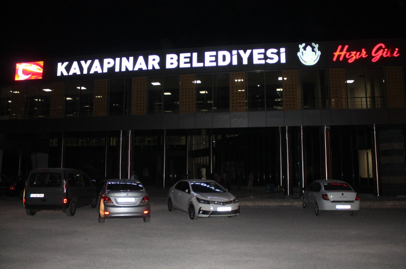 Vehicles are seen in front of the Kayapınar District Municipality building in Diyarbakır, Aug. 20, 2019. (Sabah File Photo)