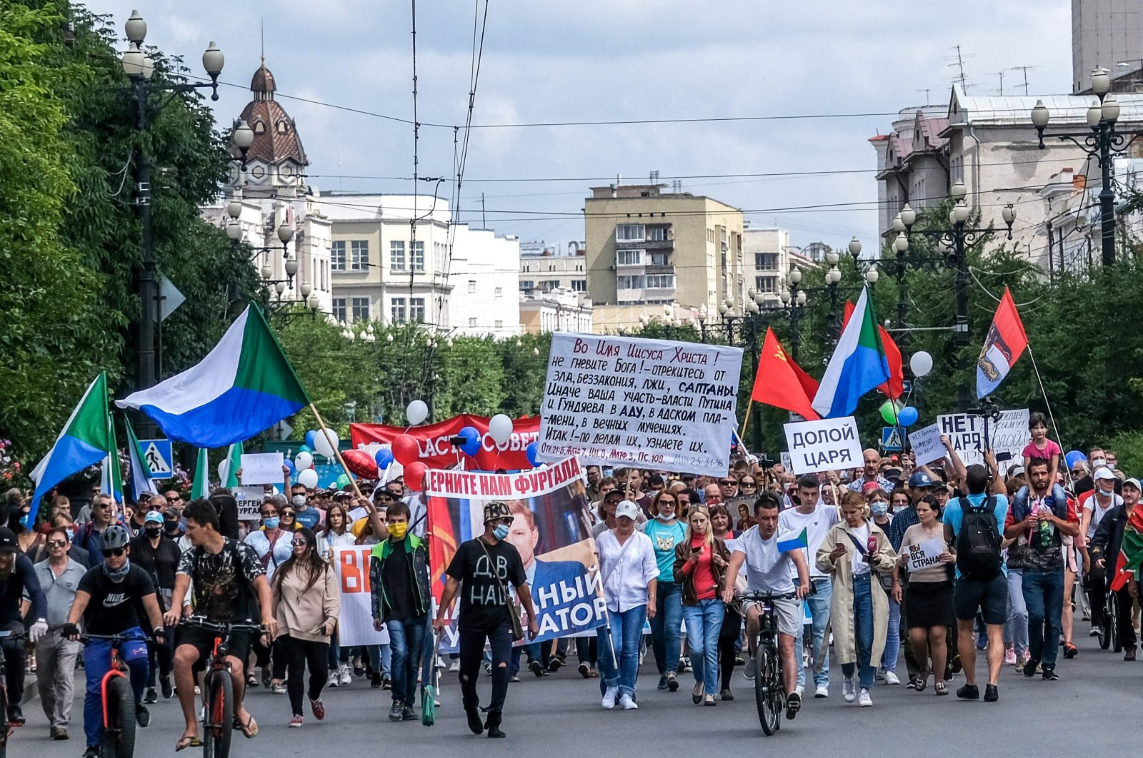 """People carry a banner reading """"Return Furgal for us,"""" during an unauthorized rally in support of Sergei Furgal in the Russian far eastern city of Khabarovsk on Aug. 8, 2020. (AFP Photo)"""