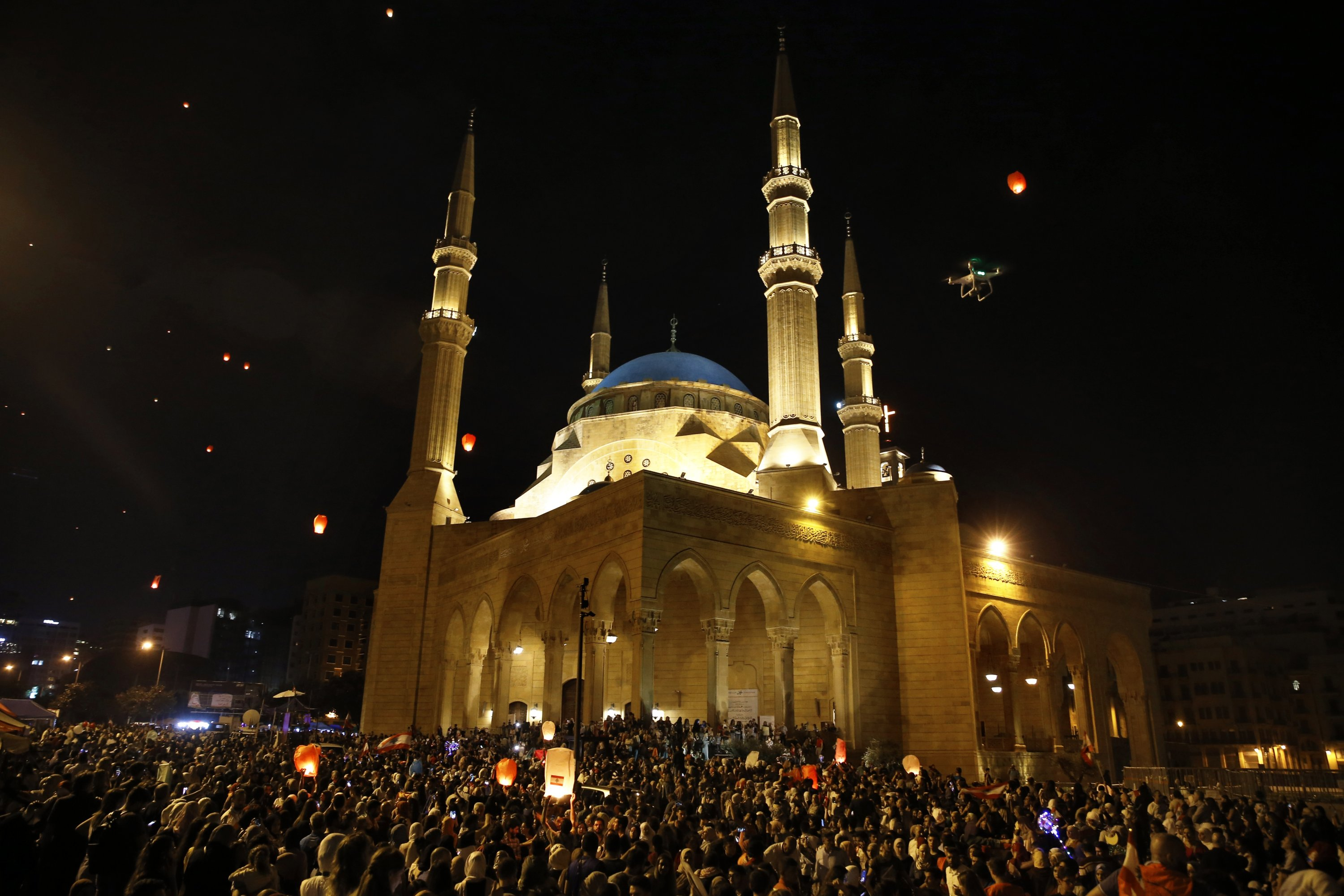People release paper lanterns during celebration to mark the of birth anniversary of Islam's Prophet Mohammed, in front of the Mohammad al-Amin Mosque in Beirut, Lebanon, Saturday, Nov. 9, 2019. (AP PHOTO)
