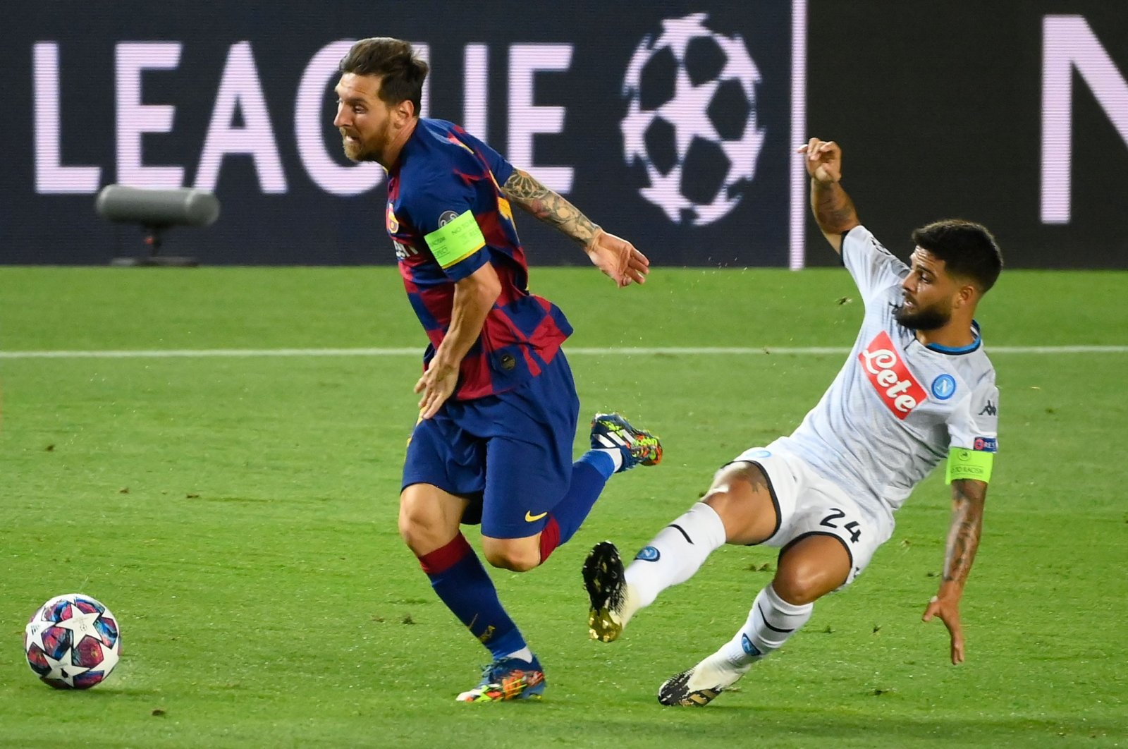 Barcelona's Lionel Messi (L) runs past Napoli's Lorenzo Insigne during the Champions League match in Barcelona, Spain, Aug. 8, 2020. (AFP Photo)