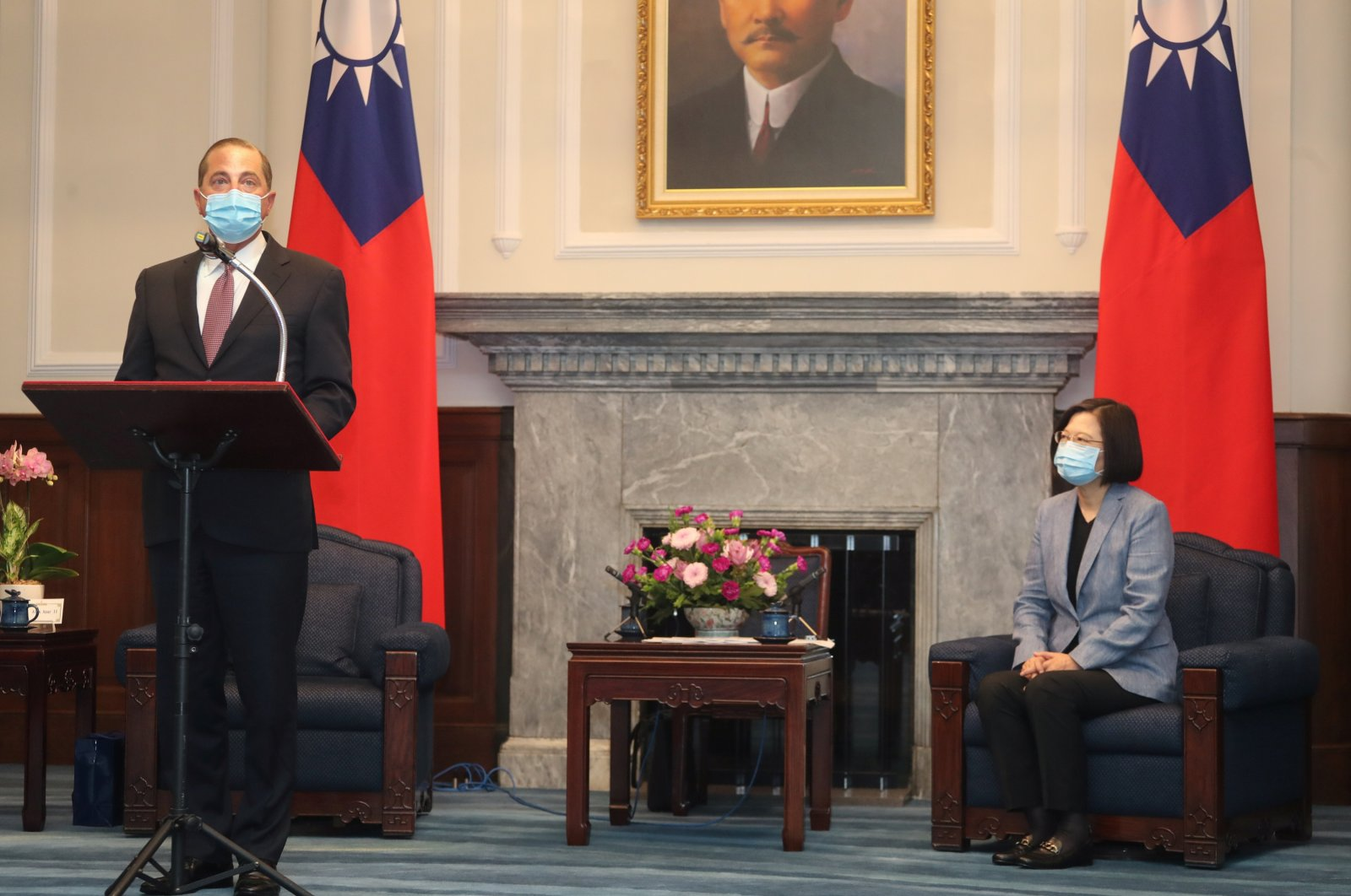 U.S. Secretary of Health and Human Services Alex Azar (L) attends a meeting with Taiwan President Tsai Ing-wen at the presidential office in Taipei, Taiwan, Aug. 10, 2020. (Reuters Photo)
