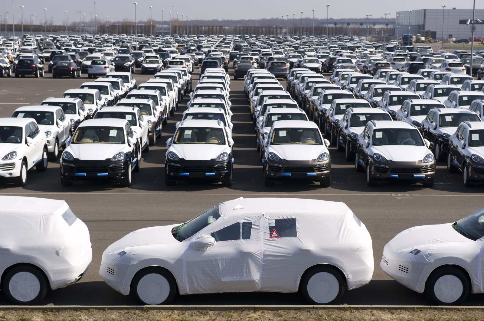 Porsche Cayenne and Panamera models can be seen on a lot at the Porsche plant in Leipzig, eastern Germany, March 28, 2012. (AFP Photo)