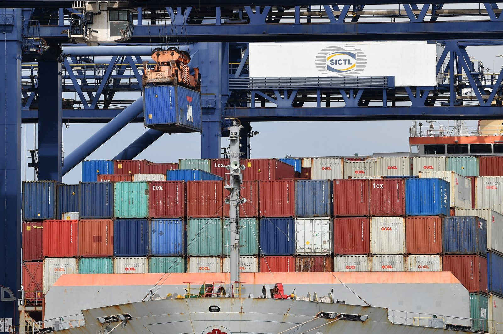 A container ship is loaded at Port Botany in Sydney, Australia, Aug. 4, 2020. (AFP Photo)