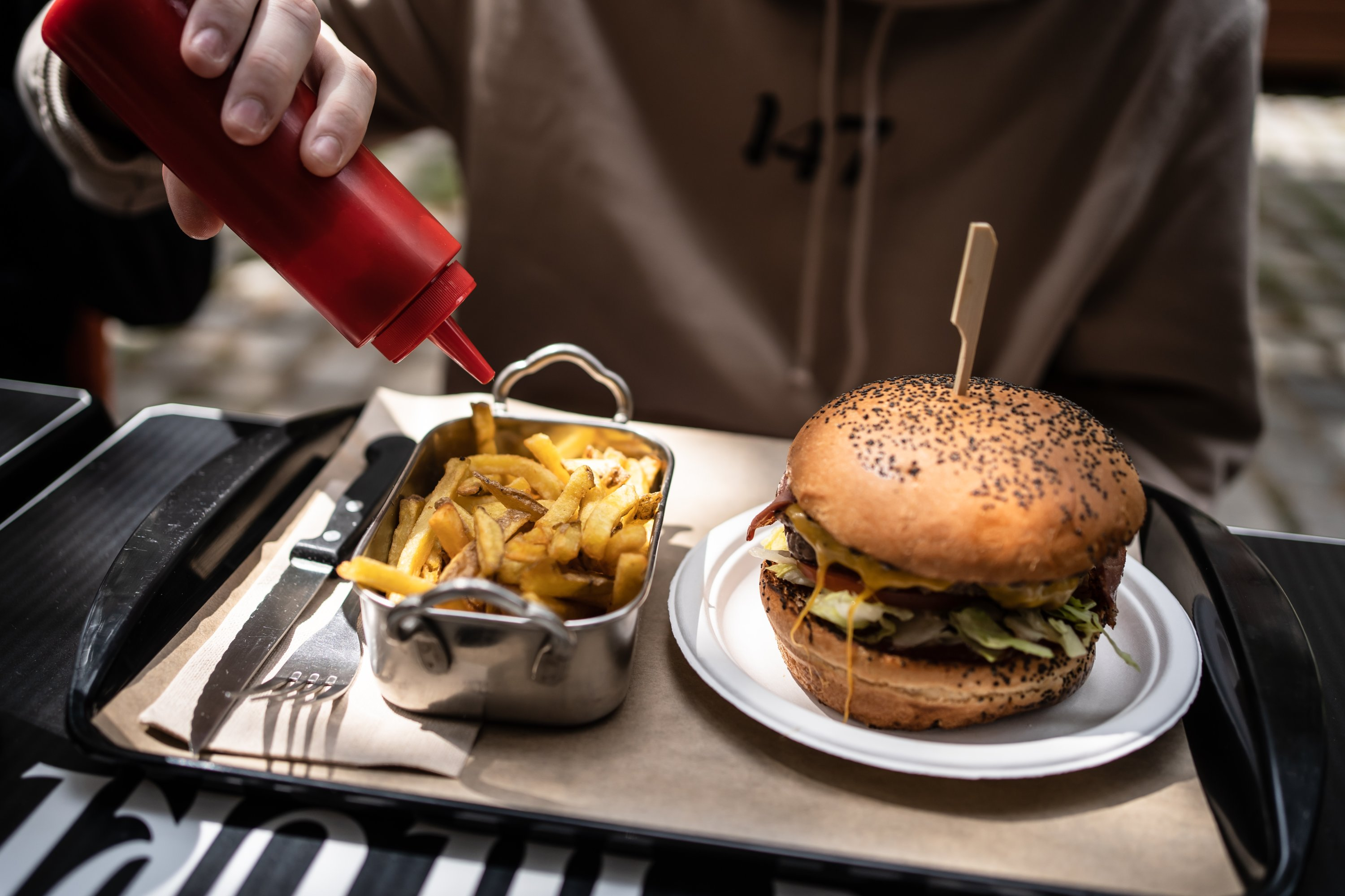 Eating fast food such as burgers and fries often is detrimental to our skin and overall health. (REUTERS Photo)