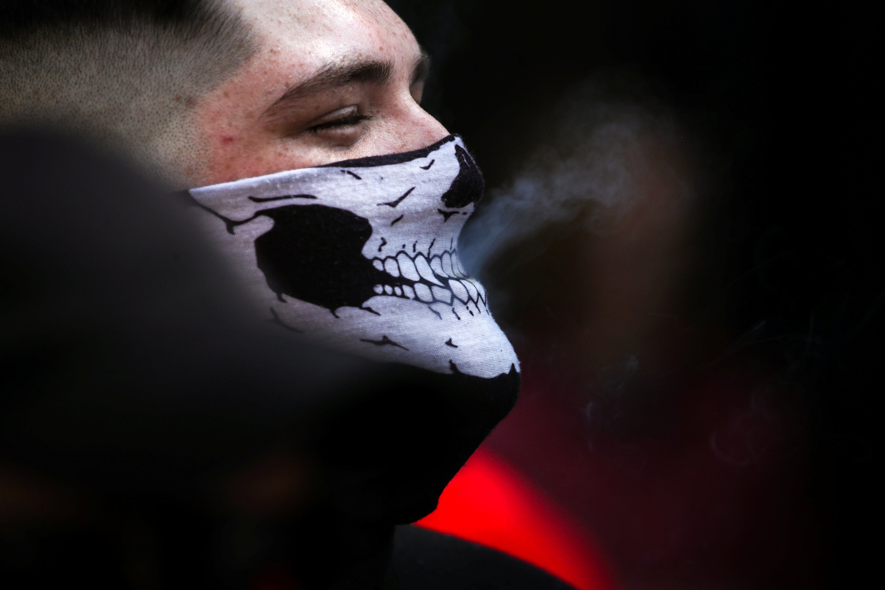 A protester takes a drag of a cigarette through his mask as he attends a rally for gun rights near the Virginia State Capitol in Richmond, U.S., July 4, 2020. Smoking is one of the biggest causes of aging. (REUTERS Photo)
