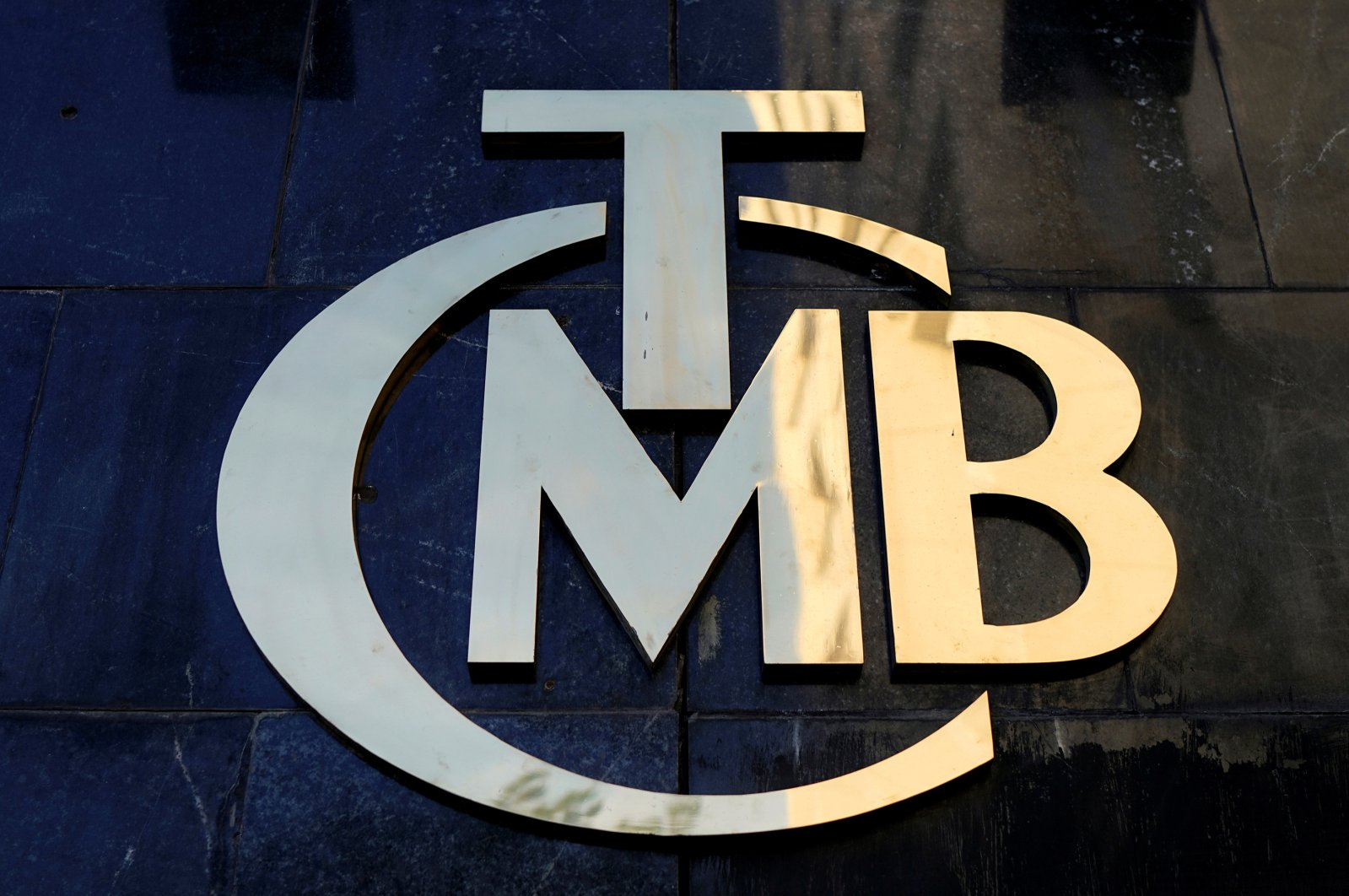 A logo of Turkey's Central Bank is pictured at the entrance of the bank's headquarters in Ankara, Turkey, April 19, 2015. (Reuters Photo)