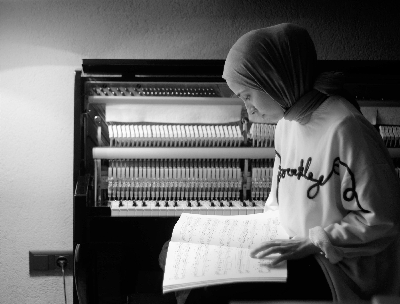 Pianist Büşra Kayıkçı will perform before MANOUCHE A LA TURCA's concert at Istanbul Open-Air Performance Center on Sept. 11. (Courtesy of Büşra Kayıkçı)