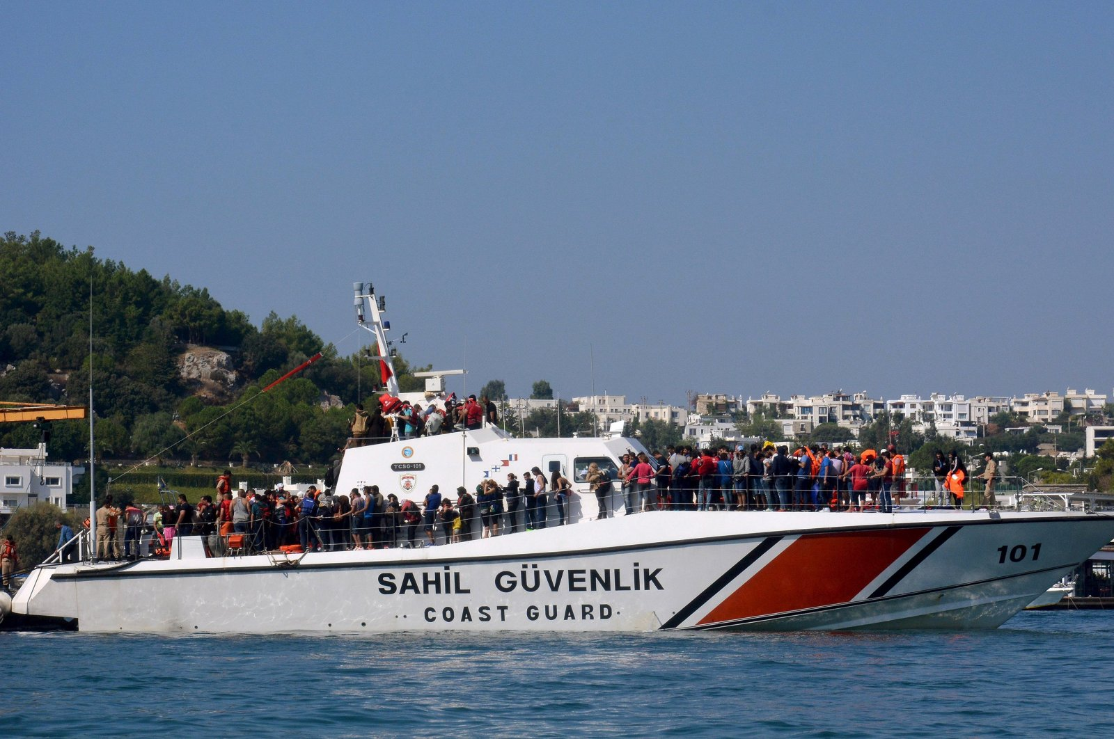 Migrants rescued from a capsized boat wait to disembark from a coast guard ship in the resort town of Bodrum, in Muğla province, Sep.15, 2015. (Reuters File Photo)