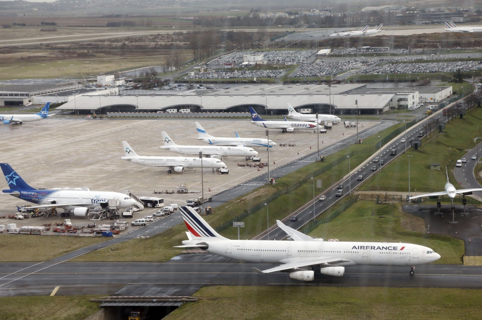 An aircraft taxis on the tarmac of the Roissy-Charles de Gaulle airport on the outskirts of Paris, Dec. 27, 2012. (AFP Photo)