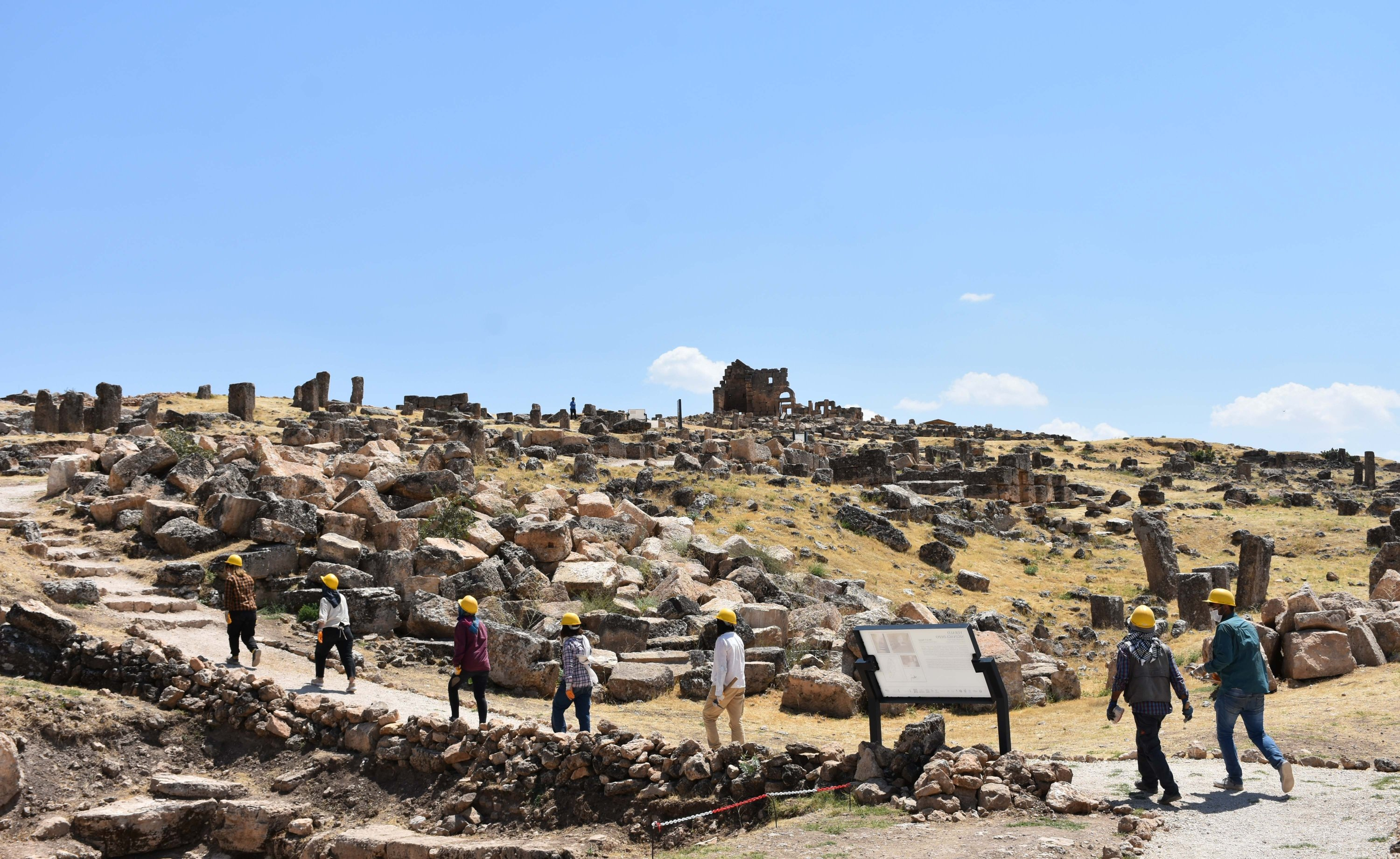Archaeologists working at the excavation of the castle, Diyarbakır, southeastern Turkey, Aug. 13, 2020. (AA PHOTO)
