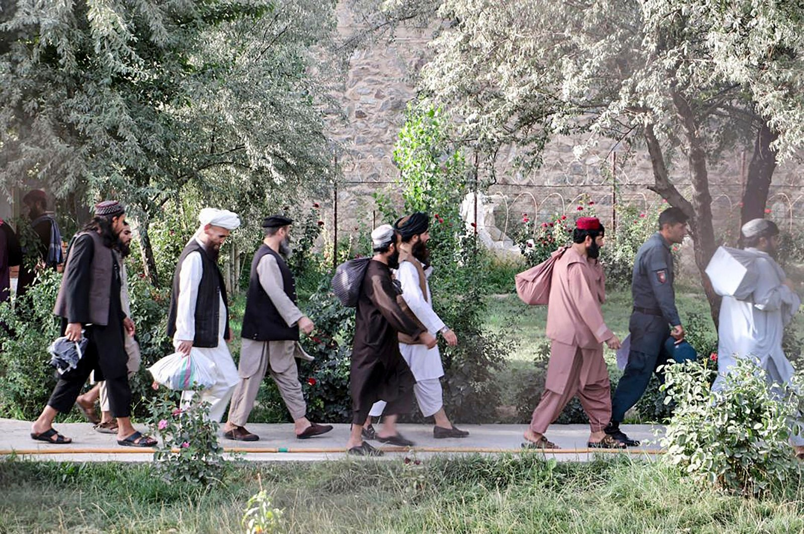 Taliban prisoners walk as they are in the process of being released from Pul-e-Charkhi prison on the outskirts of Kabul, Aug. 13, 2020. (AFP Photo)