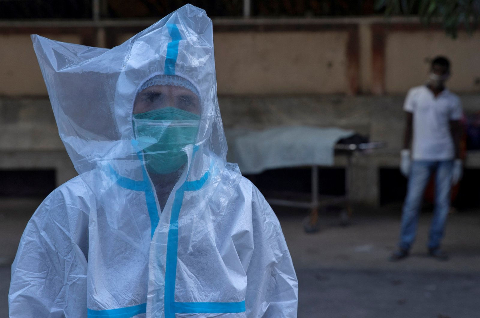 A medical worker wears personal protective equipment (PPE) and a plastic bag over his head at Jawahar Lal Nehru Medical College and Hospital, Bhagalpur, July 27, 2020. (REUTERS Photo)