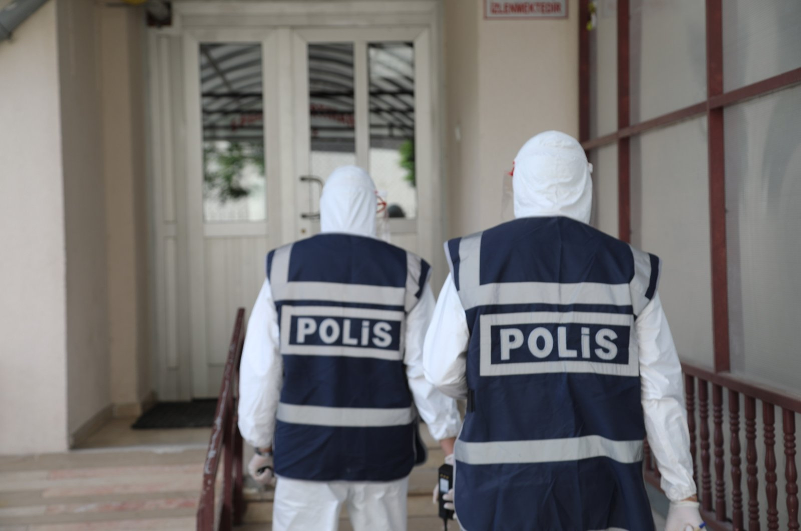 Police officers visiting the home of a COVID-19 patient who was found to be breaking self-isolation orders, Sivas, Turkey, Aug. 14, 2020. (DHA Photo)