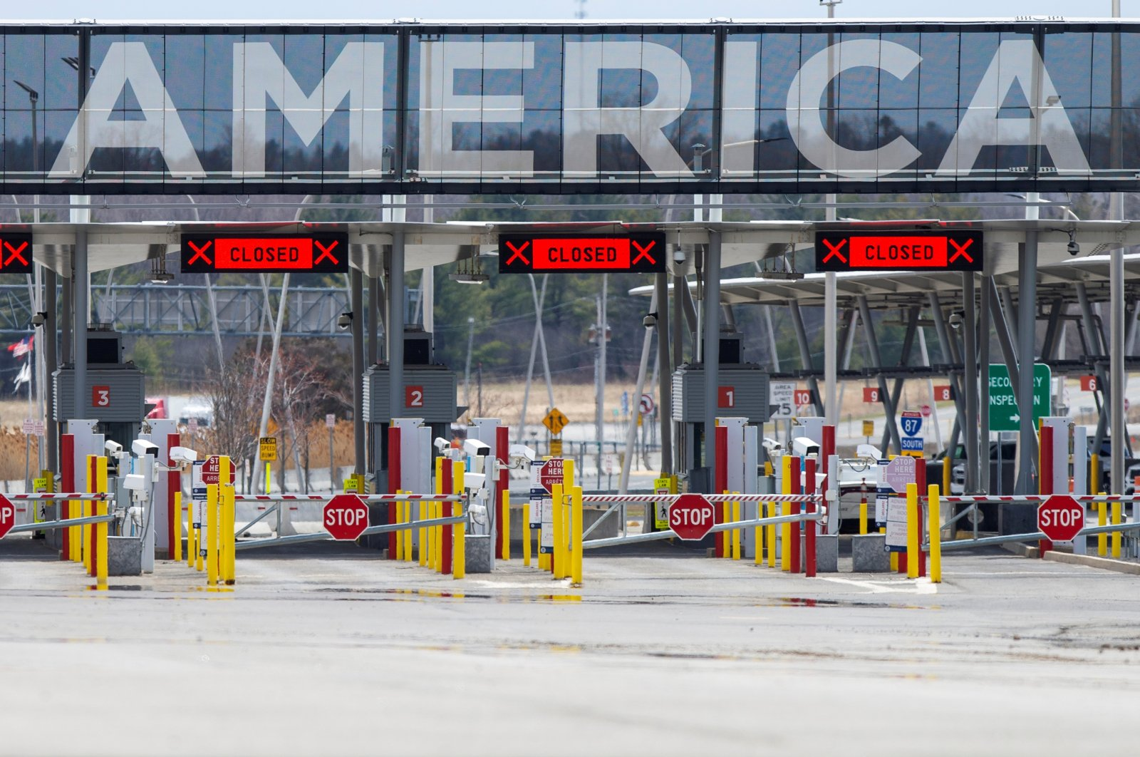 The U.S.-Canada border crossing is seen amid the coronavirus disease (COVID-19) outbreak in Lacolle, Quebec, Canada April 17, 2020. (Reuters Photo)