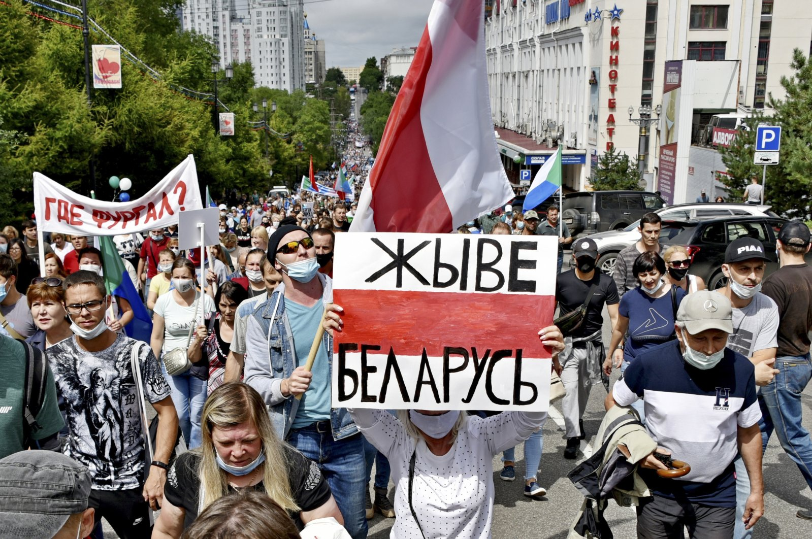 """People hold a poster reading """"Long live Belarus"""" during an unsanctioned protest in support of Sergei Furgal, the governor of the Khabarovsk region, in Khabarovsk, 6,100 kilometers (3,800 miles) east of Moscow, Russia, Saturday, Aug. 15, 2020. (AP Photo)"""