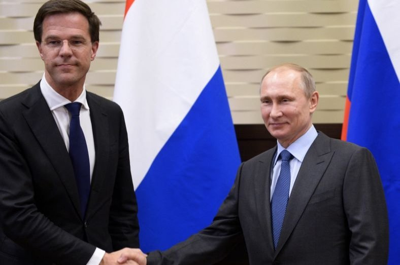 Russian President Vladimir Putin (R), shakes hands with Dutch Prime Minister Mark Rutte during their meeting in the Bocharov Ruchei residence in Sochi, Russia, Feb. 7, 2014. (AP File Photo)