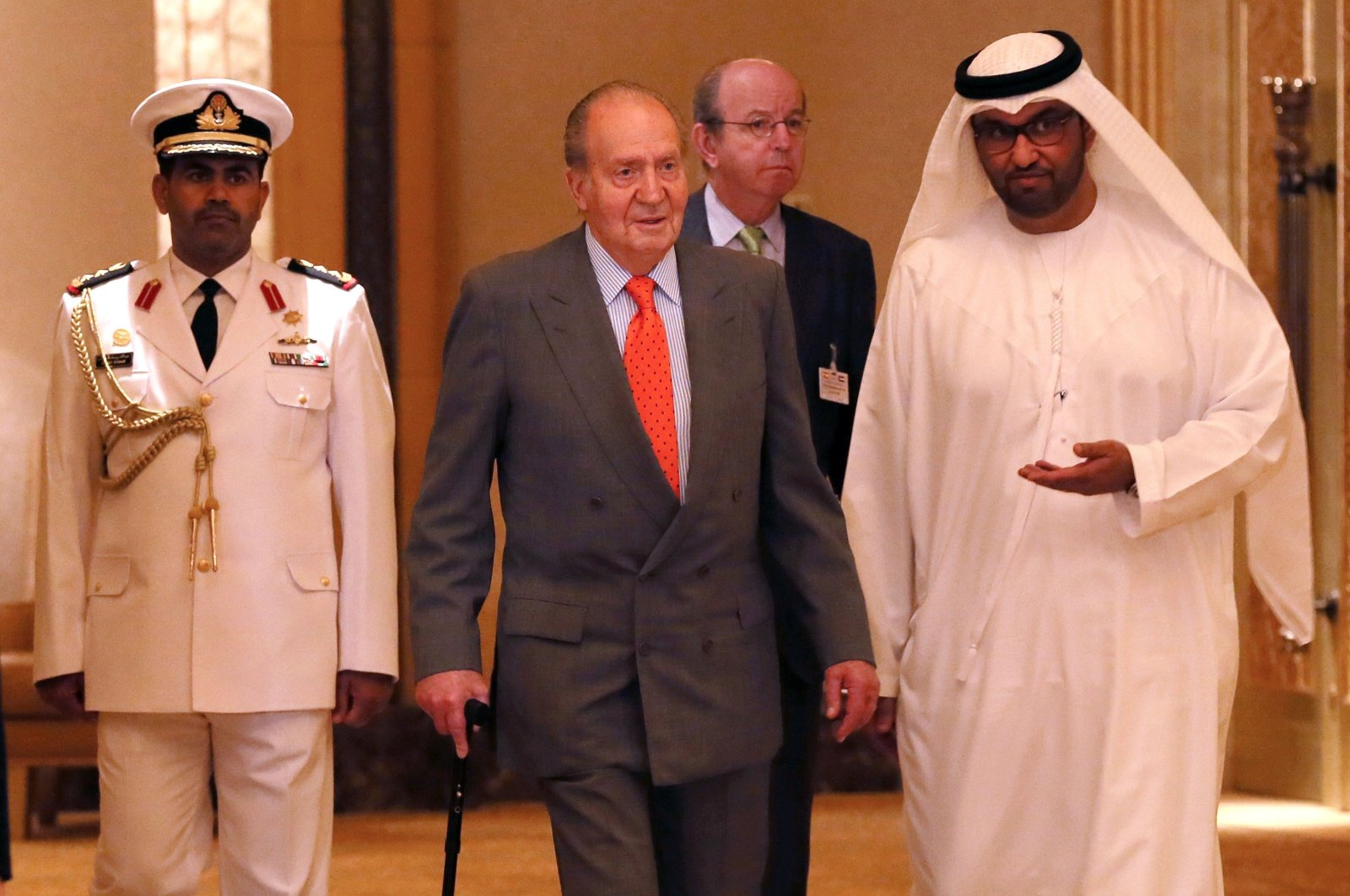 Spain's King Juan Carlos (C) is welcomed by State Minister and chief executive officer of the Abu Dhabi Future Energy Company (Masdar), Sultan Ahmed al-Jaber upon his arrival for a session of the first UAE-Spain Economic Forum at the Emirates Palace hotel in Abu Dhabi, United Arab Emirates, April 14, 2014. (AFP Photo)