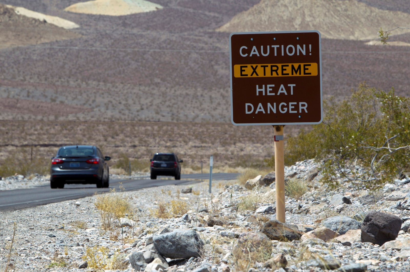 A sign warns of extreme heat as tourists enter Death Valley National Park in California, U.S., June 29, 2013. (Reuters Photo)