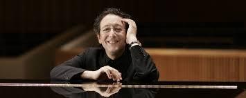 法國鋼琴家讓·馬克·路易斯瓦(Jean-Marc Luisada)在歐洲,美國和亞洲演出。