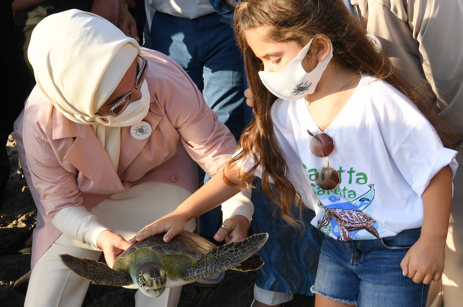 First Lady Emine Erdoğan holding a loggerhead sea turtle. (Sabah Photo)