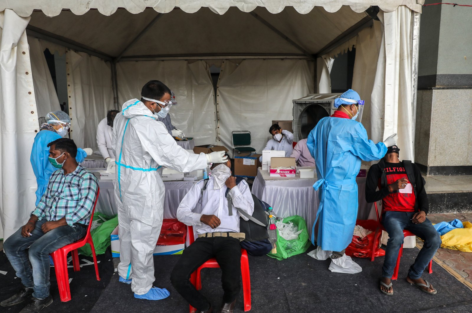 Health workers collect swab samples from migrant workers, New Delhi, India, Aug. 18, 2020. (EPA Photo)