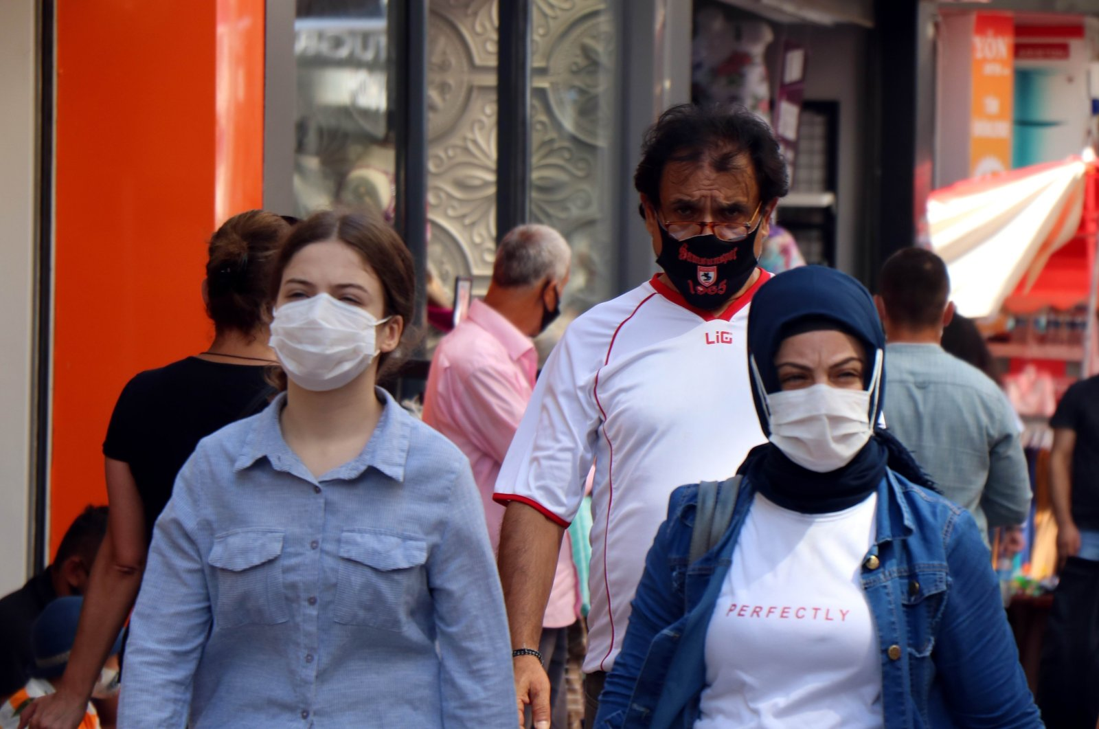 People wearing face masks walk on a street in Samsun, northern Turkey, Aug. 21, 2020. (IHA Photo)