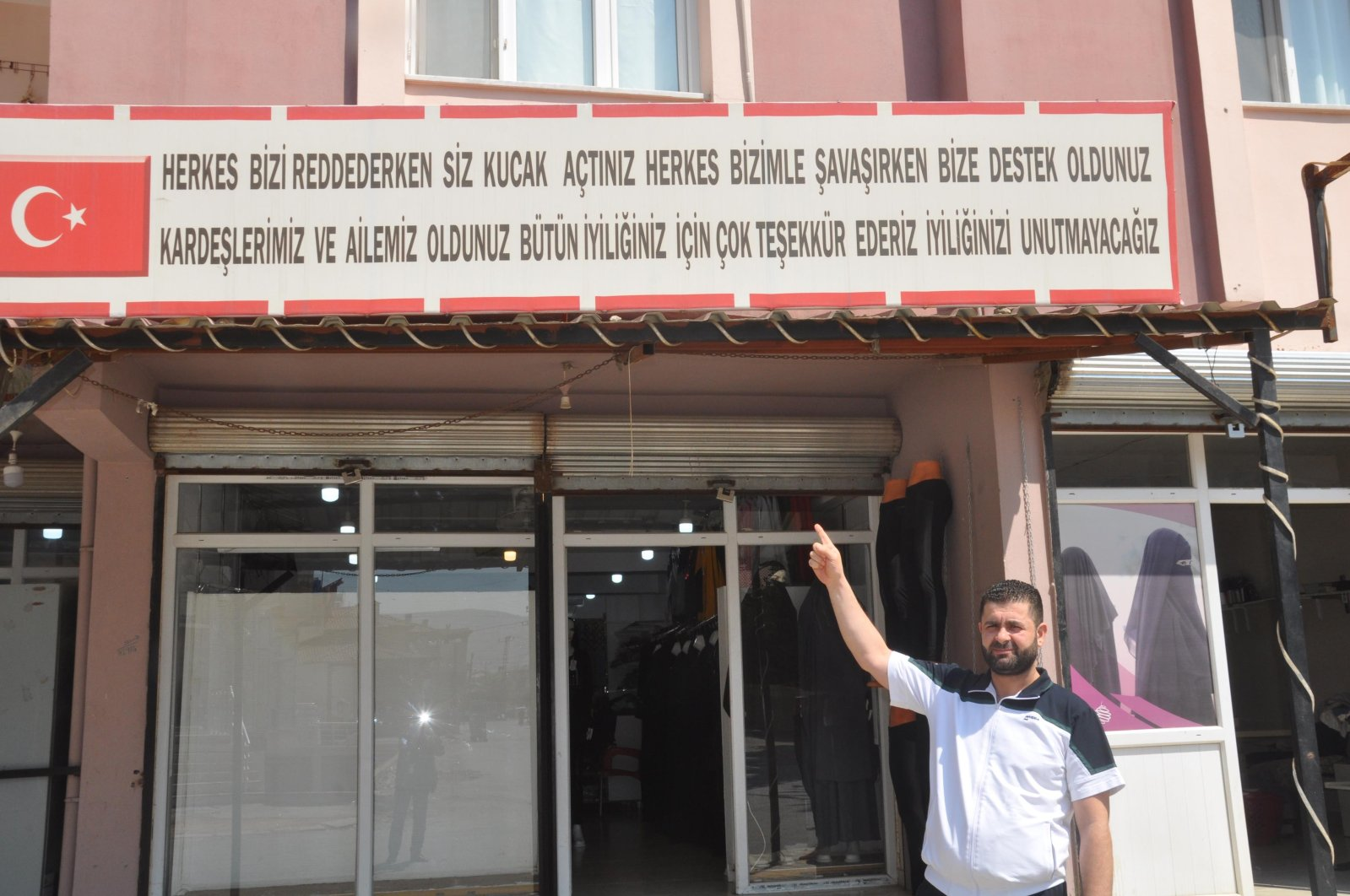 A refugee who settled in Turkey after fleeing the Syrian civil war hung a signboard of appreciation for the country embracing Syrians after the world turned their back on them, Hatay province, Turkey, Aug. 22, 2020 (DHA Photo)