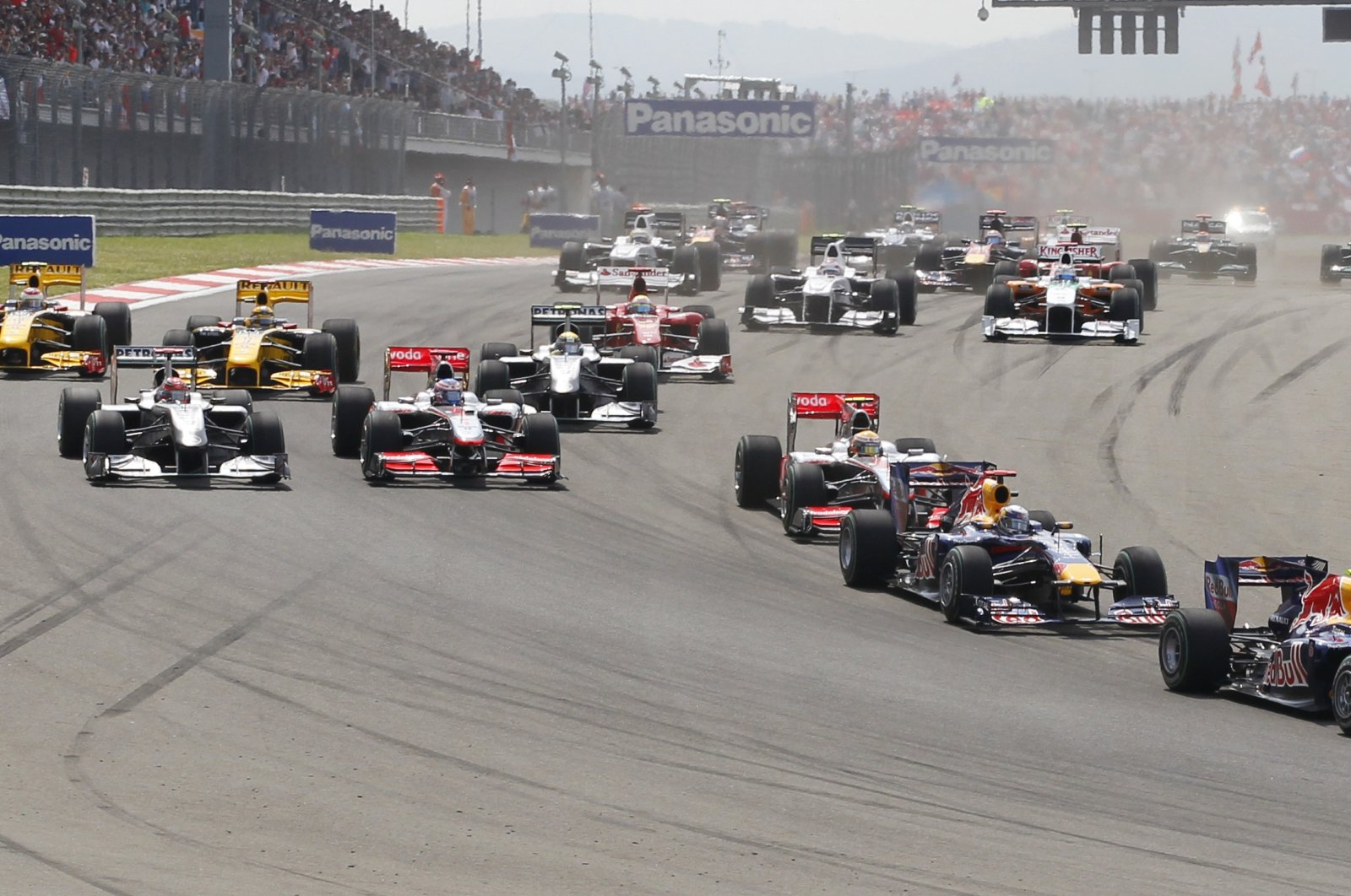 Red Bull driver Mark Webber of Australia leads the field after the start of the Turkish Formula One Grand Prix at the Istanbul Park circuit racetrack, in Istanbul, Turkey, May 30, 2010. (AP Photo)