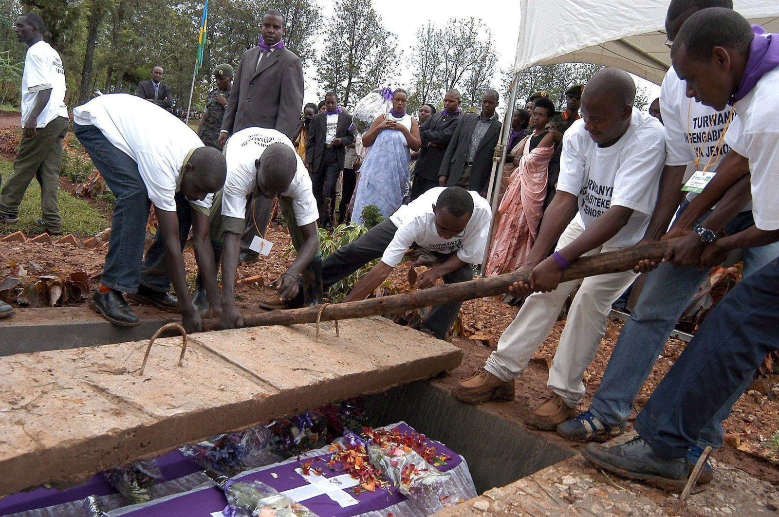 Volunteers laying to rest the remains of victims of the 1994 genocide in Murambi, Eastern Rwanda, April 7, 2005. (EPA Photo)