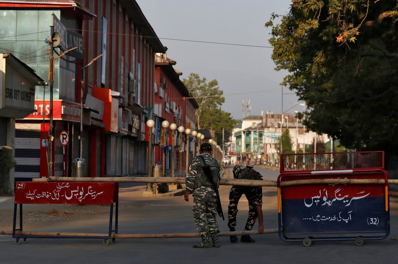 Indian officers put up a roadblock on an empty street during a lockdown on the first anniversary of the revocation of Kashmir's autonomy, in Srinagar, Aug. 5, 2020. (Reuters Photo)