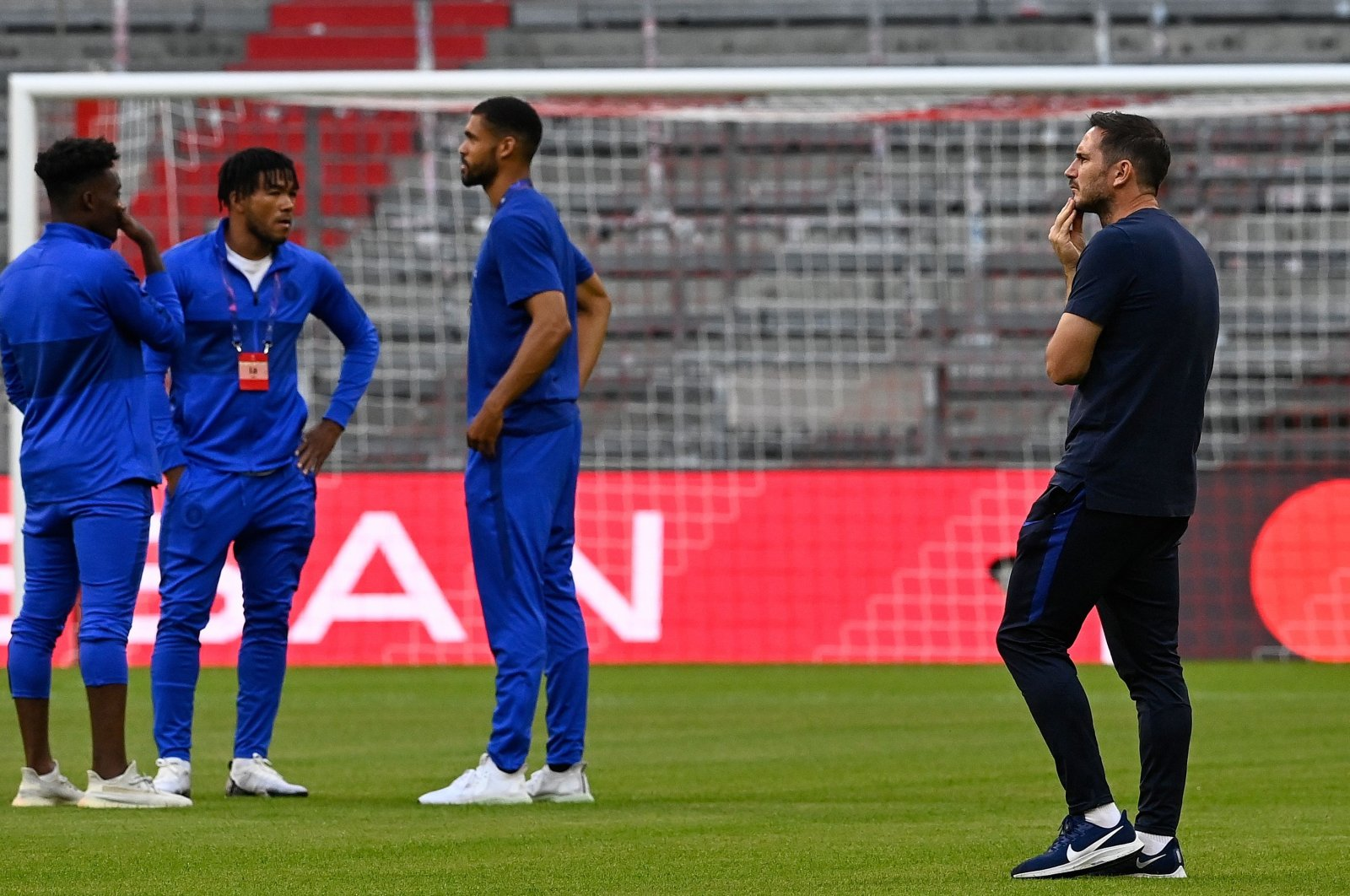 Chelsea's English head coach Frank Lampard (R) and his players inspect the pitch prior to the UEFA Champions League, second-leg round of 16, football match between Bayern Munich and Chelsea in Munich, Germany, Aug. 8, 2020. (AFP Photo)