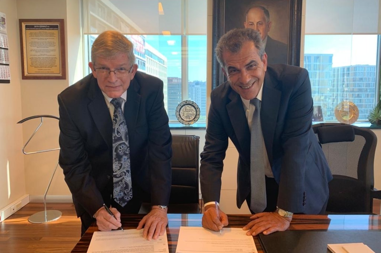 Sasa Chairman Ibrahim Erdemoğlu (R), with Invista Chairman Mike Pickens, during the signing of the agreement, Aug. 26, 2020. (AA Photo)