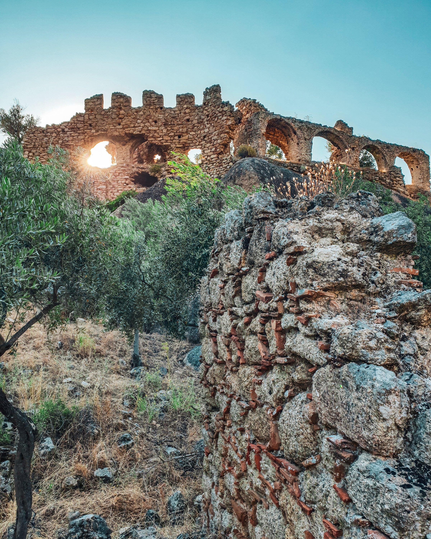 Yediler修道院看法從遠足的道路的小山在Mu?la,土耳其。 (照片來自Argun Konuk)