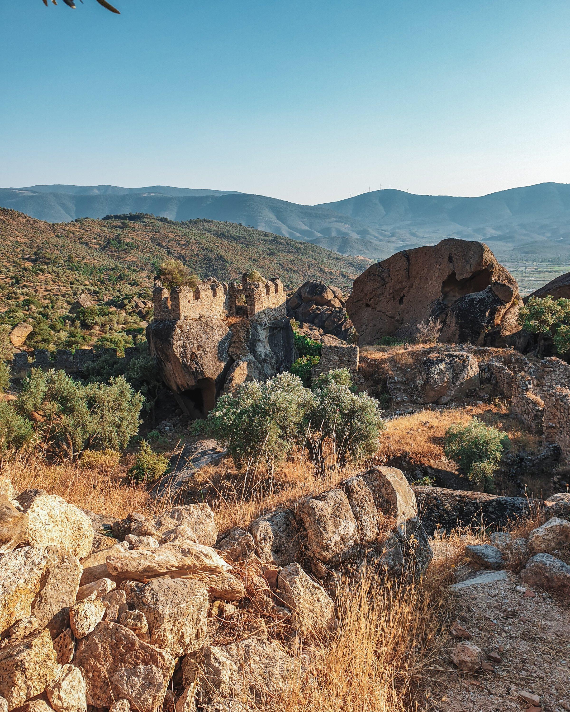 古老修道院的另一部分和山在Mu?la,土耳其。 (照片來自Argun Konuk)