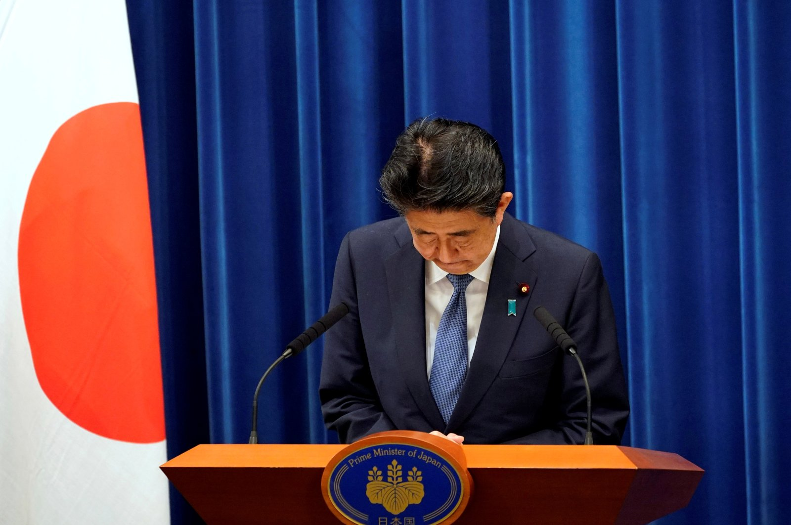 Japanese Prime Minister Shinzo Abe bows during a news conference at the prime minister's official residence, Tokyo, Aug. 28, 2020. (REUTERS Photo)