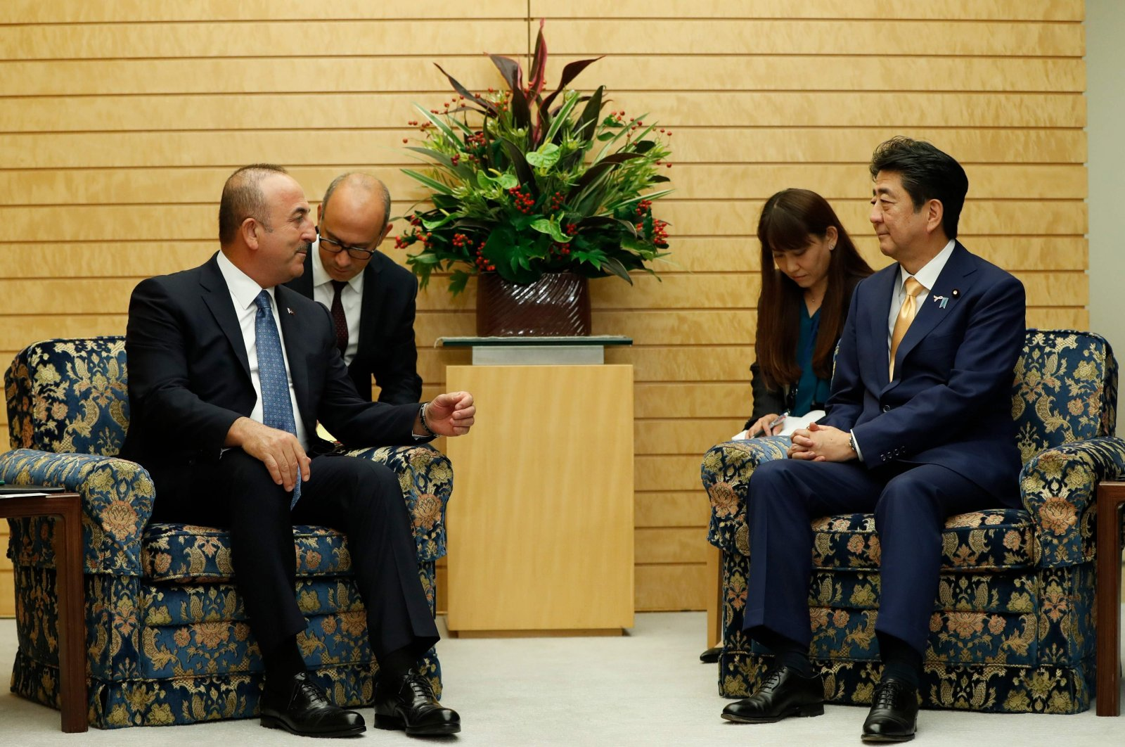 TurkishMinister of Foreign Affairs Mevlüt Çavuşoğlu (L), Japanese Prime Minister Shinzo Abe during a meeting in Japan, November 6, 2018. (AFP Photo)