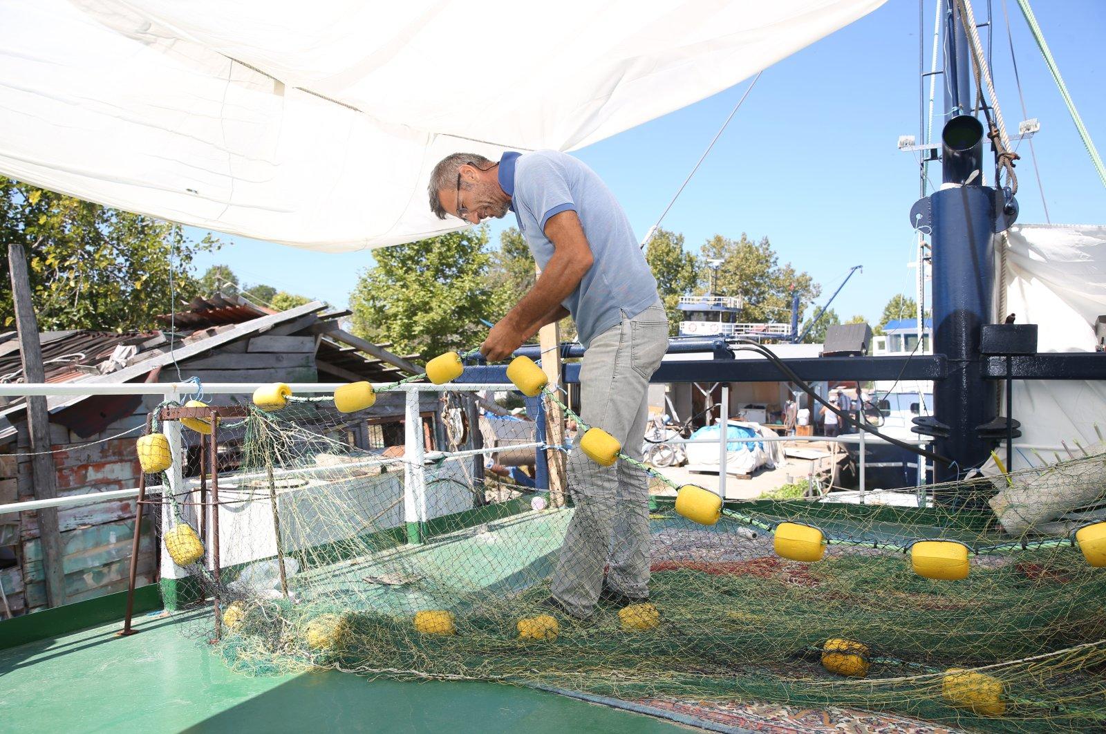 A fisherman repairs a net in Karasu district, in Sakarya, northwestern Turkey, Aug. 28, 2020. (AA Photo)